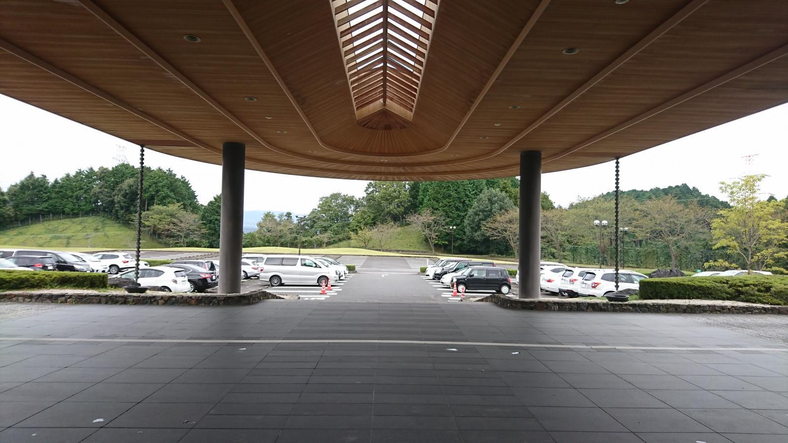 玄関(駐車場)