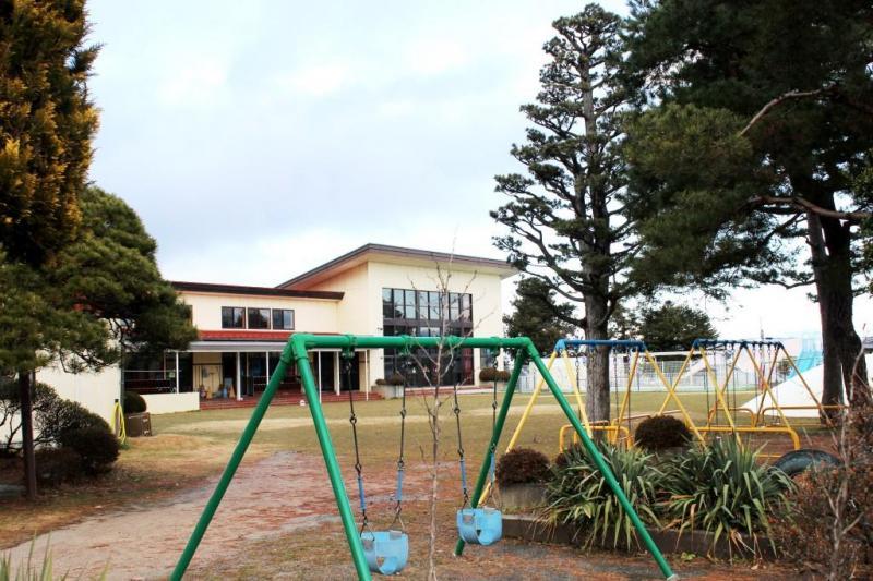 保育園の建物と園内の広場です。