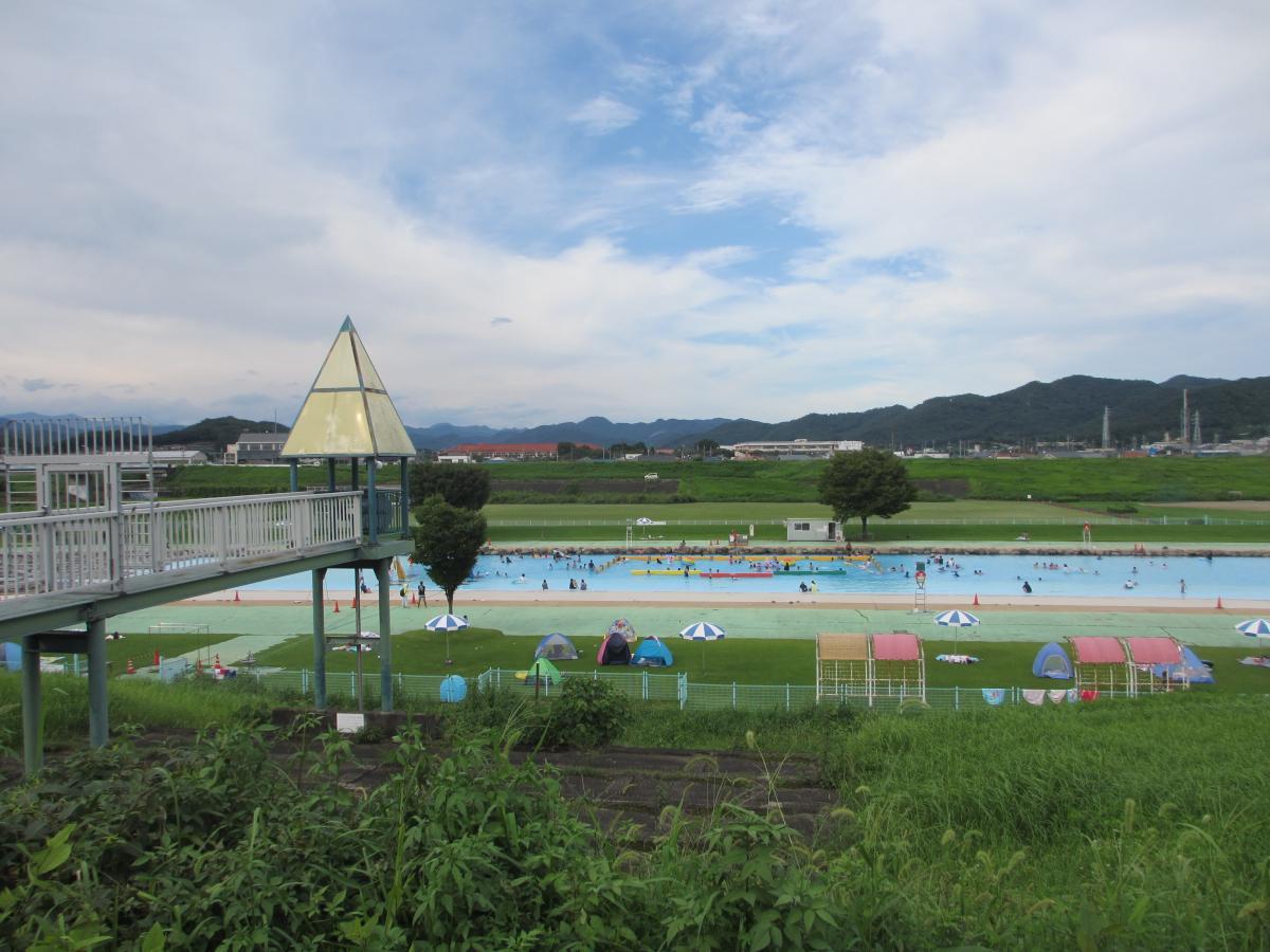 河川敷のプール