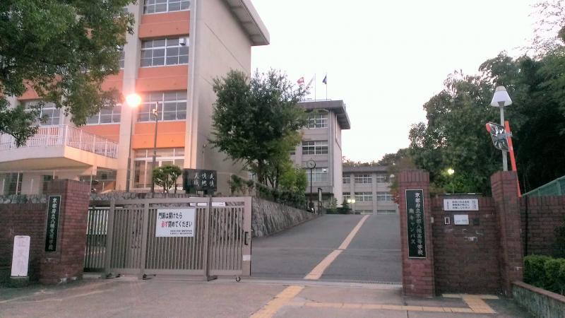 京都八幡高校の正門