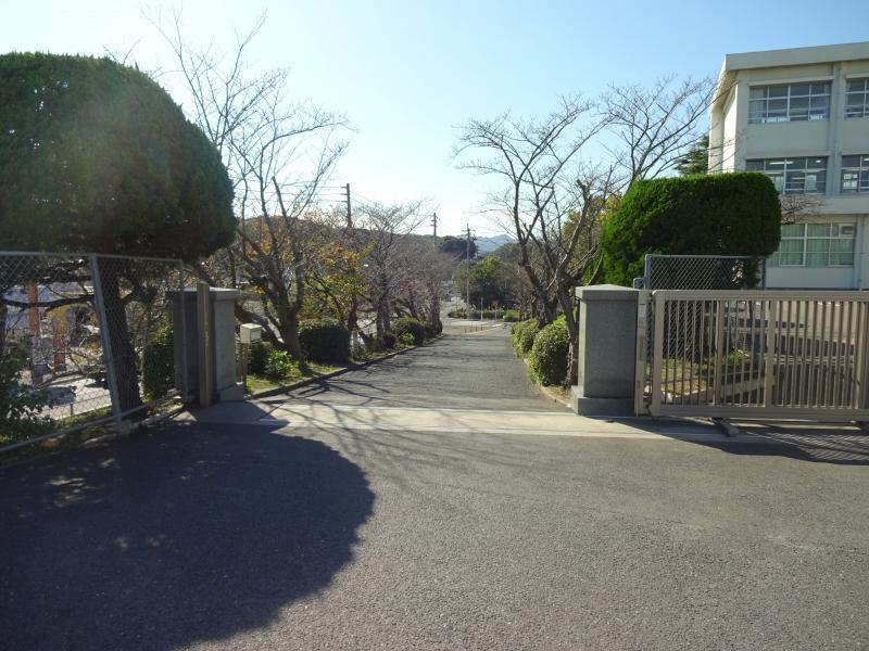 遠賀中学校校門