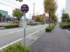 「勤労者プラザ前」バス停留所