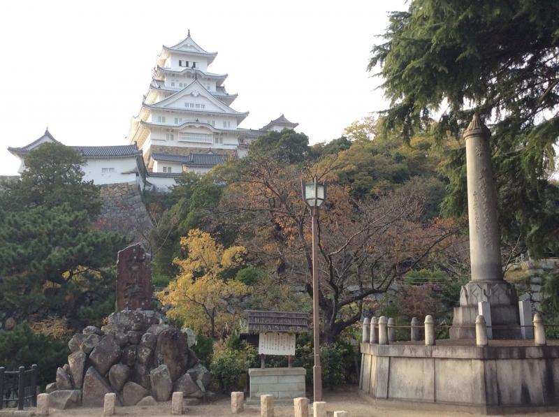 姫路城記念碑前