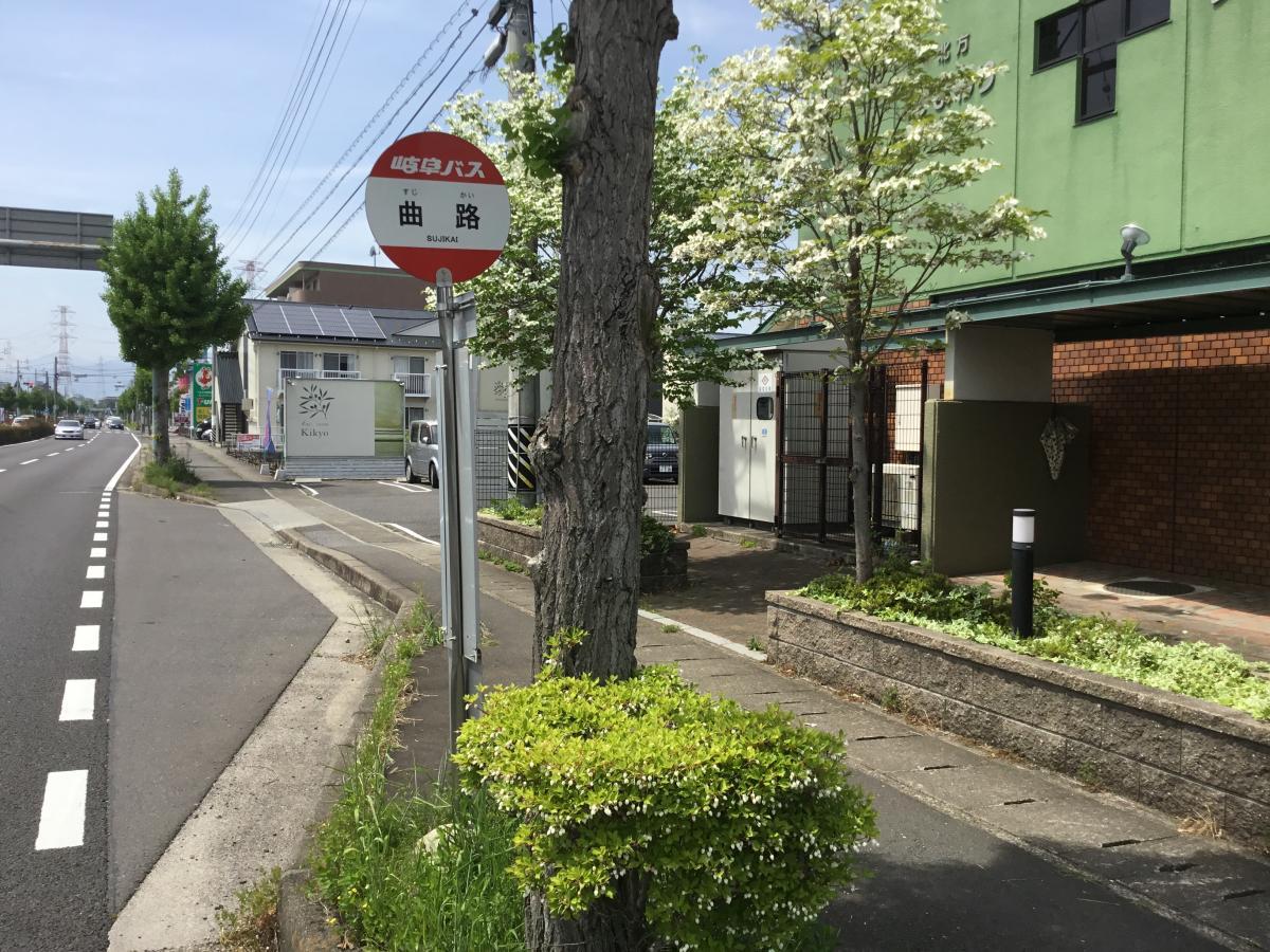 東側から見た曲路バス停