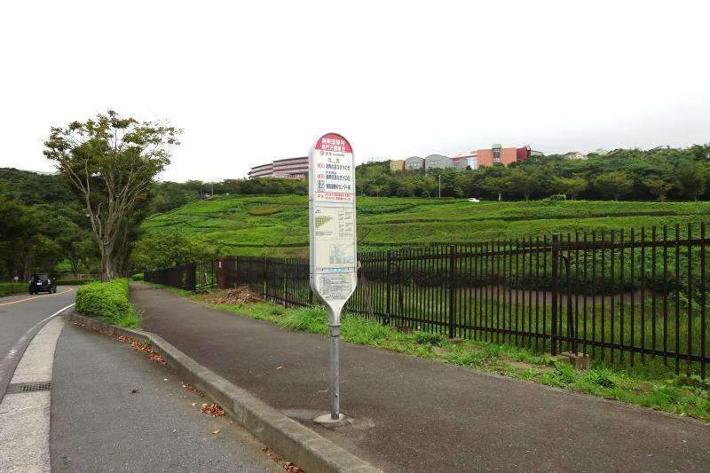「湘南国際村間門沢調整池」バス停留所